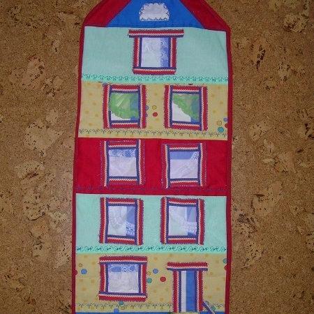 Дом в целых пять этажей с подвалом и чердаком — именно так должно было выглядеть наглядное пособие для занятий с детьми в логопедической группе.