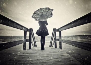 Я под зонтом на причале читала