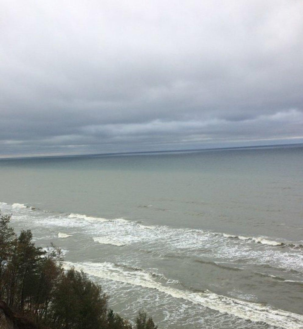 Синее небо, белое море