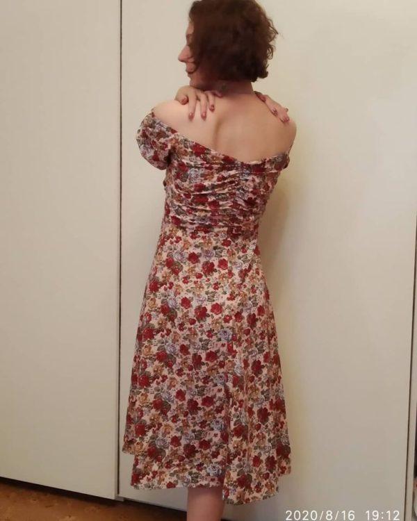 Платье в цветочек с декольте