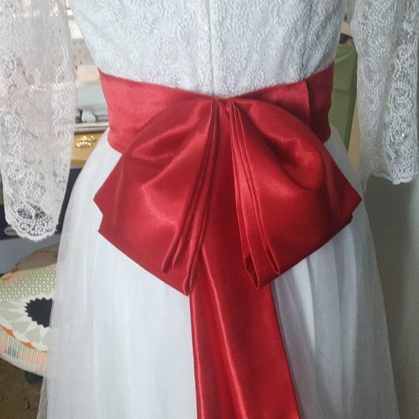 Свадебное платье с ярким акцентом